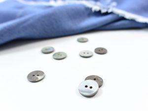 Grauer Perlmutt Knopf auf echter Muschel 1,2 cm