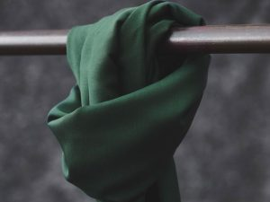 Meet MILK Smooth Drape Twill mit TENCEL™ Fasern deep green