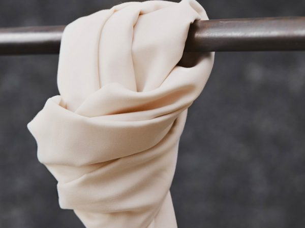 Meet MILK Smooth Drape Twill mit TENCEL™ Fasern bright white