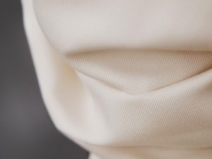 Meet MILK Smooth Drape Twill mit TENCEL™ Fasern bright white