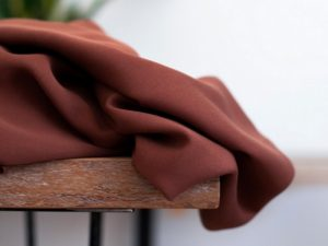 Meet MILK Smooth Drape Twill mit TENCEL™ Fasern pecan