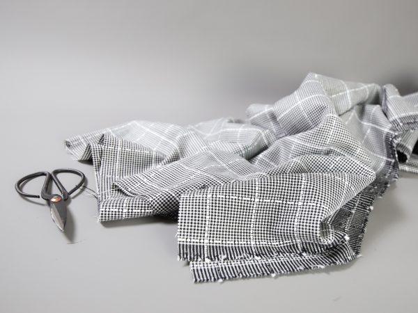 Light Summer Wool aus Designer Überhang | black and white