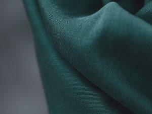 Meet MILK Smooth Drape Twill mit TENCEL™ Fasern | emerald