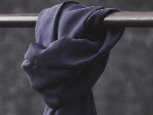 Meet MILK Smooth Drape Twill mit TENCEL™ Fasern | dark navy