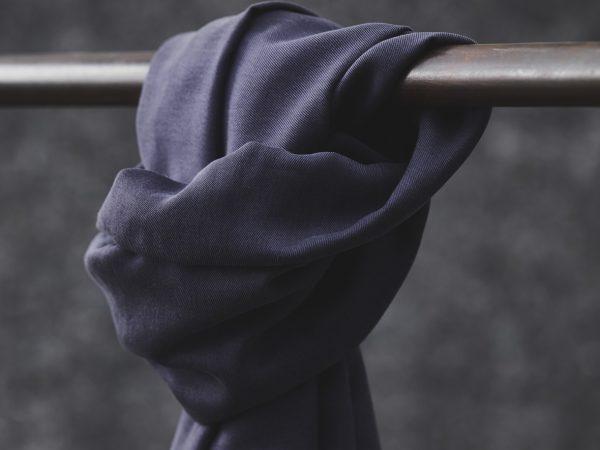 Meet MILK Smooth Drape Twill mit TENCEL™ Fasern   dark navy