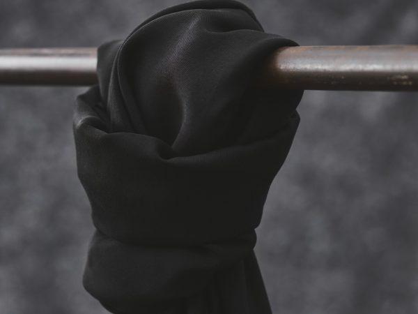 Meet MILK Smooth Drape Twill mit TENCEL™ Fasern | black